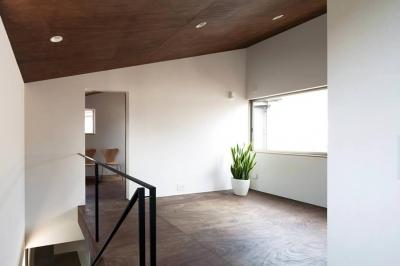 明るい2階オープンスペース-1 (『浅間町の家』黒と深みのある木目が調和する落ち着きのある空間)