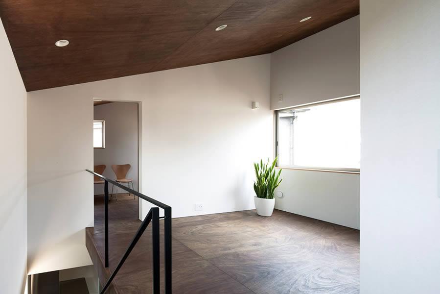 『浅間町の家』黒と深みのある木目が調和する落ち着きのある空間の写真 明るい2階オープンスペース-1