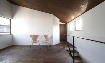 『浅間町の家』黒と深みのある木目が調和する落ち着きのある空間 (明るい2階オープンスペース-2)