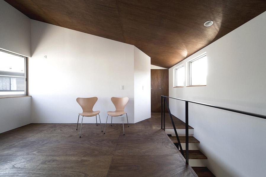 『浅間町の家』黒と深みのある木目が調和する落ち着きのある空間の写真 明るい2階オープンスペース-2