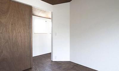 『浅間町の家』黒と深みのある木目が調和する落ち着きのある空間 (白×深みのある木目の寝室)