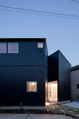 『浅間町の家』黒と深みのある木目が調和する落ち着きのある空間 (外観夕景)