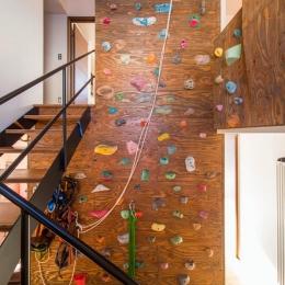 S邸・クライミングウォールのある、家族の笑顔溢れる住まい (吹き抜け階段・クライミングウォール)