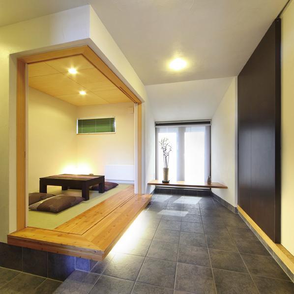 N邸・ダークブラウン基調の大人モダンな住まいの部屋 土間と一体になる和室客間