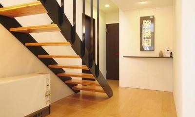 N邸・ダークブラウン基調の大人モダンな住まい (階段ホール)