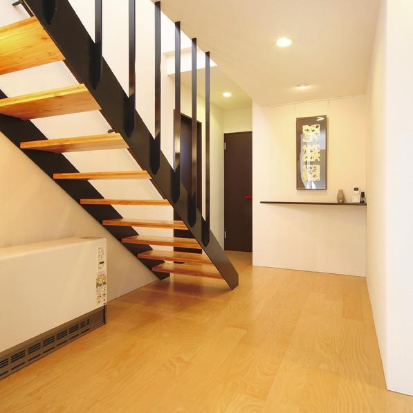 N邸・ダークブラウン基調の大人モダンな住まいの部屋 階段ホール
