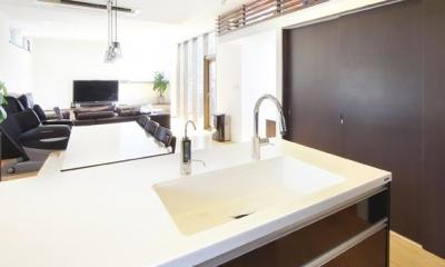 全体を見渡せる対面式キッチン|N邸・ダークブラウン基調の大人モダンな住まい