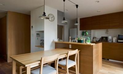 K邸・ソフト&ナチュラルな住まい (木の温もり感じるダイニングキッチン)