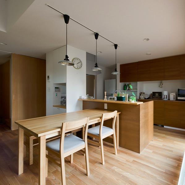 K邸・ソフト&ナチュラルな住まいの部屋 木の温もり感じるダイニングキッチン