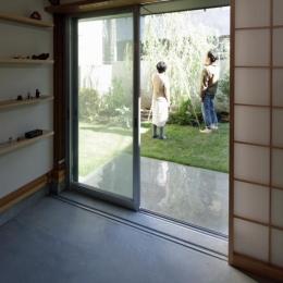 『矢来の家(減築)』過去の記憶や温もりを残す減築リフォーム (土間と庭)