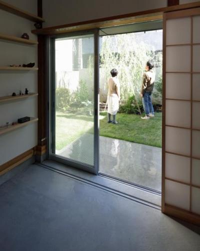 土間と庭 (『矢来の家(減築)』過去の記憶や温もりを残す減築リフォーム)