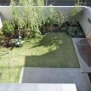 2階出窓より庭を見下ろす