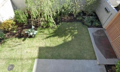 2階出窓より庭を見下ろす|『矢来の家(減築)』過去の記憶や温もりを残す減築リフォーム