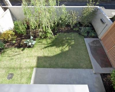 2階出窓より庭を見下ろす (『矢来の家(減築)』過去の記憶や温もりを残す減築リフォーム)