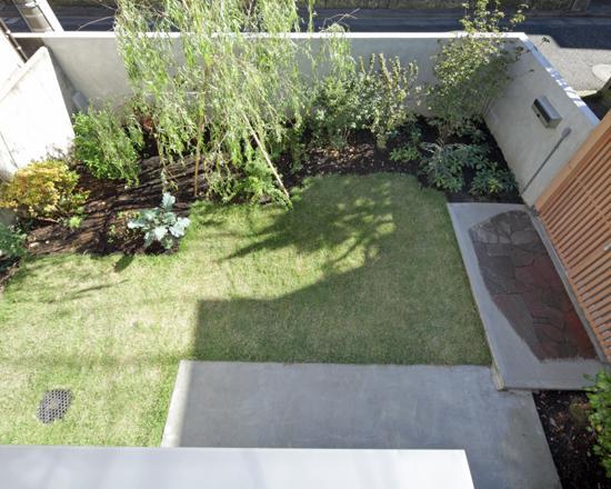 『矢来の家(減築)』過去の記憶や温もりを残す減築リフォームの写真 2階出窓より庭を見下ろす