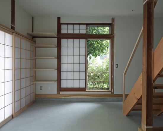 『矢来の家(減築)』過去の記憶や温もりを残す減築リフォームの写真 土間-障子戸でプライバシー確保