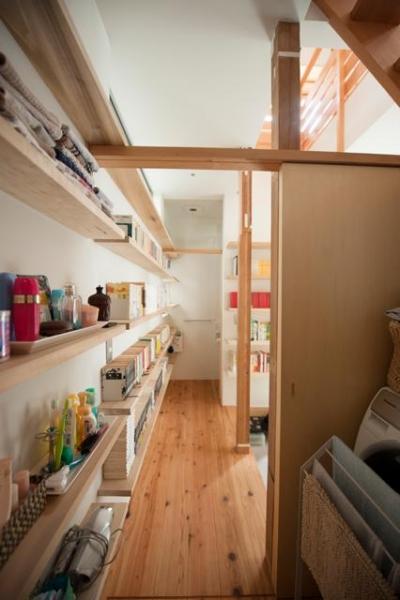 『矢来の家(減築)』過去の記憶や温もりを残す減築リフォーム (壁一面本棚の1階廊下)