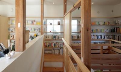 『矢来の家(減築)』過去の記憶や温もりを残す減築リフォーム (中央階段-正面は固定棚)