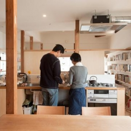 『矢来の家(減築)』過去の記憶や温もりを残す減築リフォーム (本に囲まれたダイニングキッチン)
