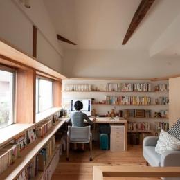 『矢来の家(減築)』過去の記憶や温もりを残す減築リフォーム-明るい書斎コーナー