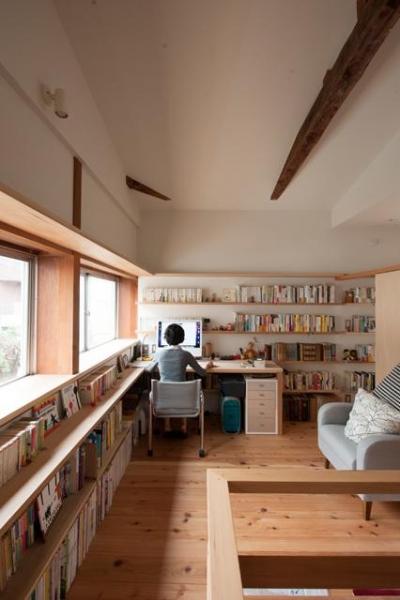 明るい書斎コーナー (『矢来の家(減築)』過去の記憶や温もりを残す減築リフォーム)