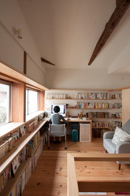『矢来の家(減築)』過去の記憶や温もりを残す減築リフォームの写真 明るい書斎コーナー