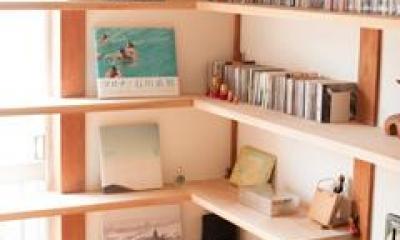 『矢来の家(減築)』過去の記憶や温もりを残す減築リフォーム (本がインテリアになる固定棚)
