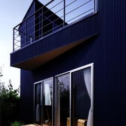 『片瀬山の家2』景色を楽しめる屋上デッキのある住まい (ガルバリウム鋼板の波板貼りの外観)