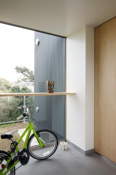 自転車が似合う玄関土間 (『片瀬山の家2』景色を楽しめる屋上デッキのある住まい)
