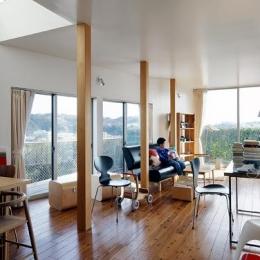 『片瀬山の家2』景色を楽しめる屋上デッキのある住まい (景色を楽しめる寛ぎのリビング)