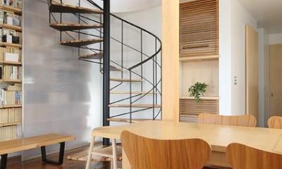 螺旋階段・ダイニング|『片瀬山の家2』景色を楽しめる屋上デッキのある住まい