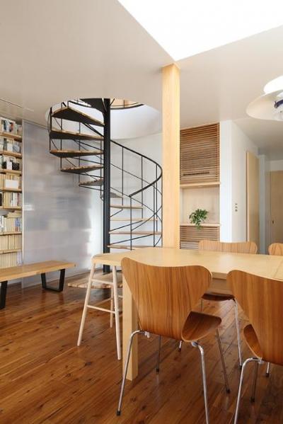 『片瀬山の家2』景色を楽しめる屋上デッキのある住まい (螺旋階段・ダイニング)