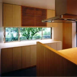『片瀬山の家2』景色を楽しめる屋上デッキのある住まい (木目美しいキッチン)