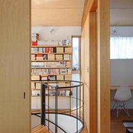 『片瀬山の家2』景色を楽しめる屋上デッキのある住まい (寝室より2階ホールを見る)
