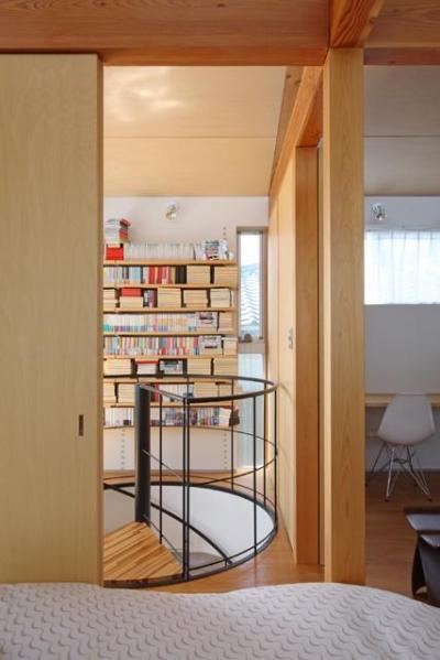 寝室より2階ホールを見る (『片瀬山の家2』景色を楽しめる屋上デッキのある住まい)