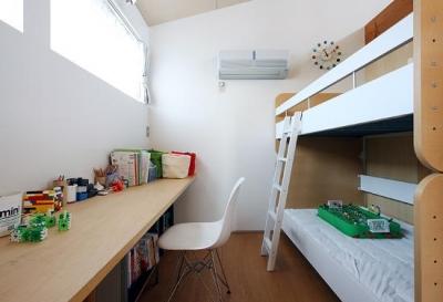 『片瀬山の家2』景色を楽しめる屋上デッキのある住まい (可愛らしいシンプルな子供部屋)