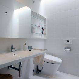 『片瀬山の家2』景色を楽しめる屋上デッキのある住まい (白で統一された洗面・トイレ)