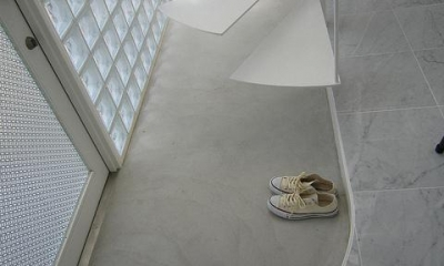 曲線が美しい玄関土間|『小さな2世帯ハウス』美しく心が豊かになる玉手箱