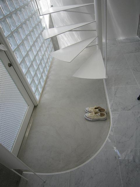 玄関事例:曲線が美しい玄関土間(『小さな2世帯ハウス』美しく心が豊かになる玉手箱)