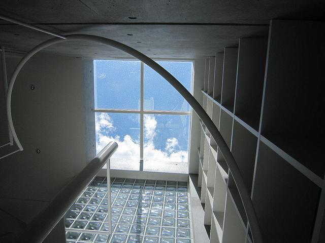 『小さな2世帯ハウス』美しく心が豊かになる玉手箱の部屋 螺旋階段上部-トップライト