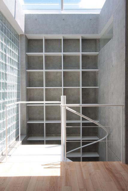 『小さな2世帯ハウス』美しく心が豊かになる玉手箱の写真 螺旋階段・壁面収納棚