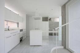 『小さな2世帯ハウス』美しく心が豊かになる玉手箱 (白で統一されたキッチン-1)