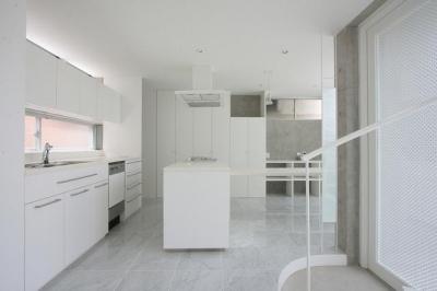白で統一されたキッチン-1 (『小さな2世帯ハウス』美しく心が豊かになる玉手箱)