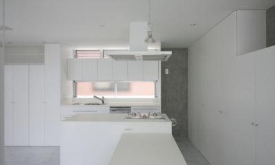 白で統一されたキッチン-2|『小さな2世帯ハウス』美しく心が豊かになる玉手箱