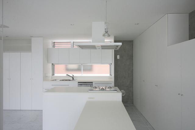 『小さな2世帯ハウス』美しく心が豊かになる玉手箱の写真 白で統一されたキッチン-2
