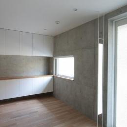 『小さな2世帯ハウス』美しく心が豊かになる玉手箱-コンクリート打ち放しの洋室