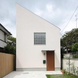 『永福の家』光と風が通り抜ける、明るくかわいらしい住宅 (ガラスブロックがアクセントの白い外観)