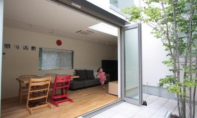 テラスと一体になるリビングダイニング|『永福の家』光と風が通り抜ける、明るくかわいらしい住宅