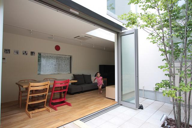 『永福の家』光と風が通り抜ける、明るくかわいらしい住宅の写真 テラスと一体になるリビングダイニング
