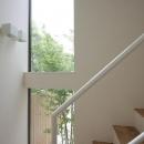 階段室-縦長の窓